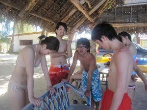 陰キャの男女グループのまんさん、張り切って場違いな極小水着を着て海水浴へ