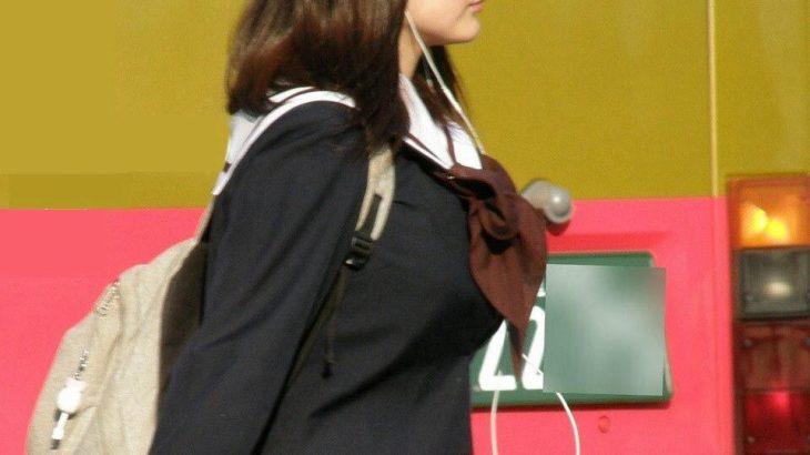 【画像】JKさん、おっぱいに張りがありすぎて制服が浮いてしまう(画像大量)wwwwwww