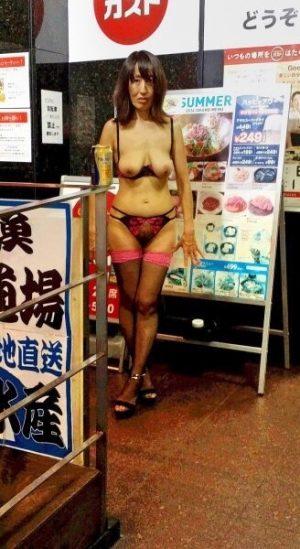 【画像】マイクロビキニを着た巨乳人妻がエロすぎる