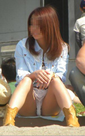 【画像】街角の女のしゃがみチラ 【天然物】
