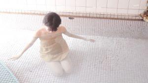 【朗報】梨木まい、秘湯ロマンで温泉に浸かるもバスタオルがめくれてマン毛丸出し wwwww wwwww w
