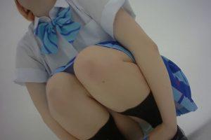 【画像】美少女コスプレイヤーさん、オッサン達に生パンツを撮影させてマンコを濡らしてしまう