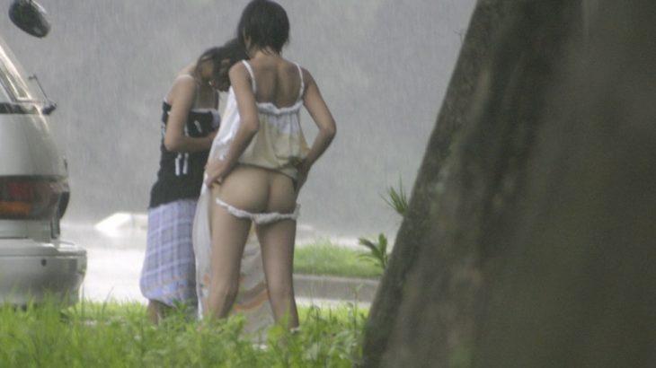 ツイッタラー「海水浴場の駐車場でおっぱい丸出しで着替えてる女いたw」パシャ