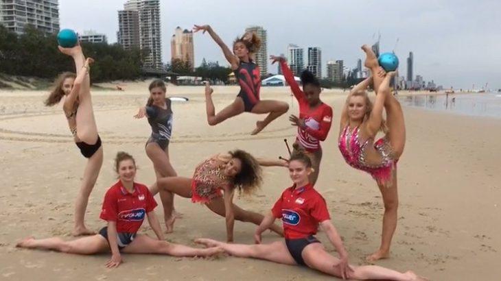 【画像】イギリスの体操部女子御一行、ビーチで開脚集合写真
