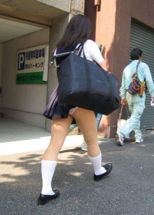 こういうカバンにスカート引っ張られてパンツ丸見えになってるJKってアホなの?