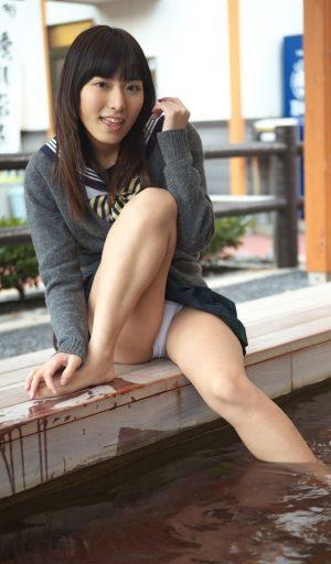【画像あり】女子高生、スカート足湯で油断して思わずパンチラ