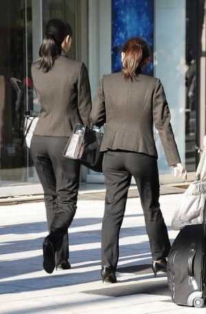 【画像あり】街で撮られたスーツ姿のOLがエロ過ぎると話題にwwww