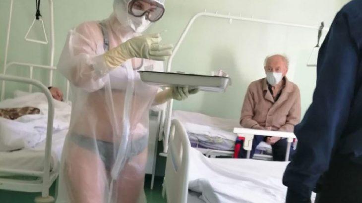 【ロシア】防護服がない為、看護師は透明なスーツと水着の服装で働いている(画像有り)