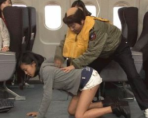 【GIFあり】小島瑠璃子さん、テレビ番組でバックの体制でマ◯コ広げられて炎上