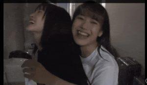 【画像】JKさん、友達に胸を擦り付けてしまう