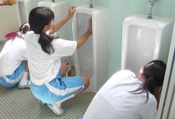 【画像】女子中学生が男子トイレを掃除する画像を貼るスレ