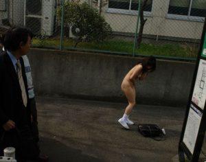 【画像】JKさん、全裸で登校してしまう