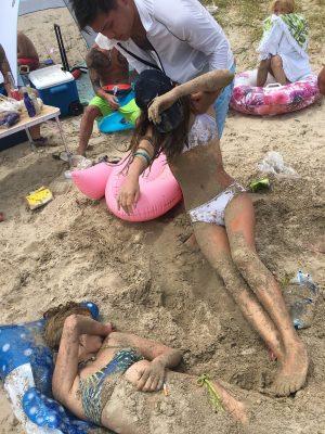 【画像】陽キャさん、ビーチで砂の中に埋まったギャルを救出する