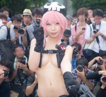 【画像】コスプレイヤーさん、ほぼ全裸でボッキを促す
