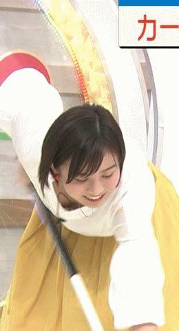 【画像】女子アナさん、カーリングの動きをしたらガバガバ胸元から谷間が見えてしまう
