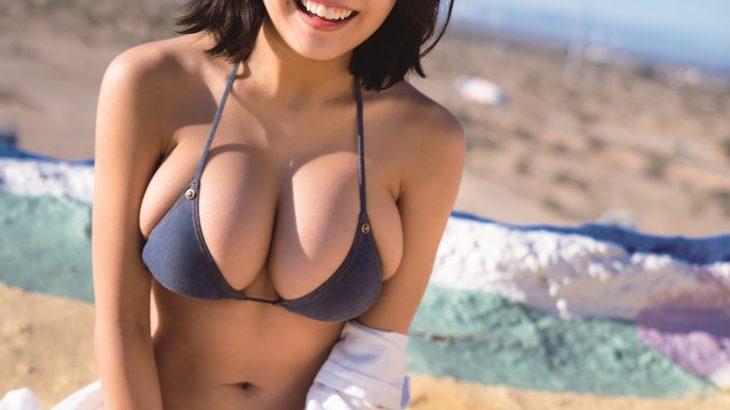 【画像】水着が小さすぎておっぱいはみ出てる女の子
