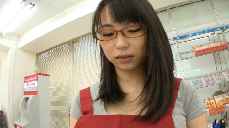 【画像】地味メガネ巨乳店員