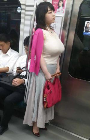 【画像】地下鉄にて犯罪的に大き過ぎる乳をぶら下げたエロリストが目撃される