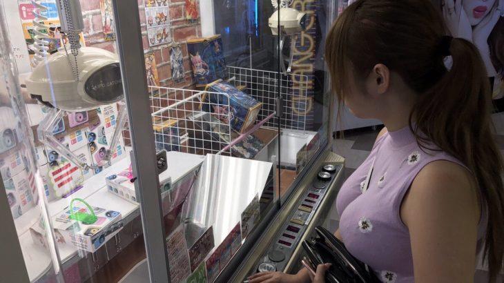 【画像】一人で果敢にUFOキャッチャーに挑戦してる女子の魅力