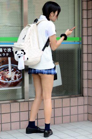 【画像】ミニスカJKさん、スカートを折りすぎてはみケツしてしまう