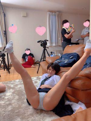 【画像】女子高生、リビングでV字開脚してパンツ丸見えなのに家族全員に無視されてる