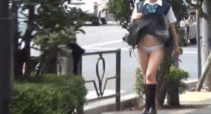 【画像】女子高生さん今日も元気にスカートめくれてパンチラ披露してしまうw