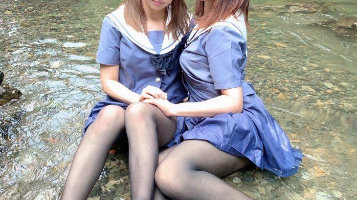 【画像】セーラー服を着た女の子2人が渓流の水の中に座ってる 何してんの?この子たち