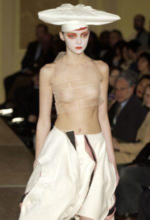 【画像】最近の女の「とりあえず乳首だしとけばオシャレやろ」みたいな風潮