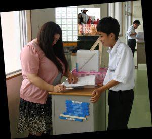 【画像】美人女教師さん、おっぱいで生徒を誘惑してしまう