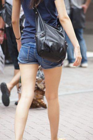 【画像】こういうショートパンツ履いてる綺麗なお姉さんwwwwwwwwww