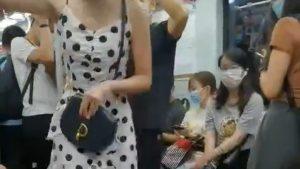 【動画あり】女さん、パンツ丸見えなのに電車の中で大喧嘩www