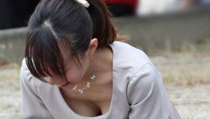 【画像】前屈みで谷間&ブラが見えちゃってる女子wwwwwww