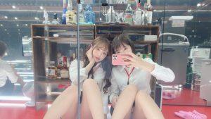 【画像】綺麗なお姉さんが2人、ミニスカで体操座りしてパンツが見えてる
