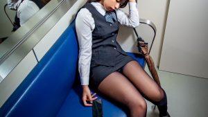 【画像】電車でOLが寝ている
