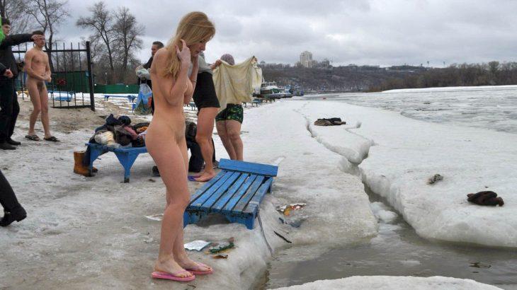 【画像】ロシアでは冬だろうと休みは裸でエンジョイするらしい