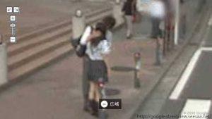 【画像】高校生カップル、路上でおっぱいを揉みしだく