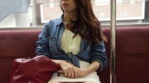 電車でパンチラしてる女いたらつい見ちゃうよな。
