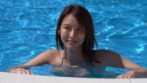 【画像】爆乳がプールから飛び出てくる瞬間www