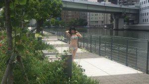 【画像】街中で水着を着てる露出狂女