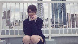 【画像】メガネかけてるOLさんが屋上でパンチラしてる!!