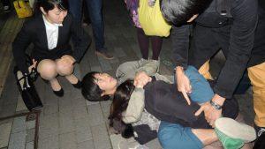 【画像】街中で女を襲うチー牛が見つかる
