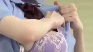 【動画】JKさん、ワイシャツの中からブラを取ろうとしお乳が丸見えポロリしてる所を盗撮されるwwwwwwwwwww