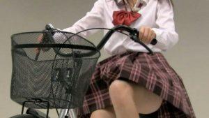 JKがバイク乗っとったら普通パンツがめくれるやろ!
