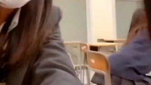 【動画】ミニスカJKさん、パンツ丸見えで椅子に座ってしまうwwwww