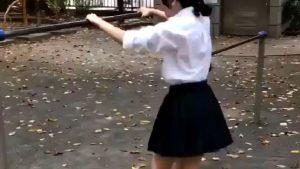 【悲報】女子高生、制服で鉄棒をしてお尻丸出し…w