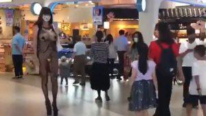 【朗報】痴女さん、周りにキッズも居るのにおっぱいをブルンブルン揺らして歩いてしまうwww