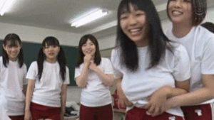 【悲報】女子高生さん、友達おっぱいを丸出しにしてしまう
