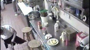 【画像】美人JDウェイトレスさん、ソーセージに無料マン汁トッピングしてしまう