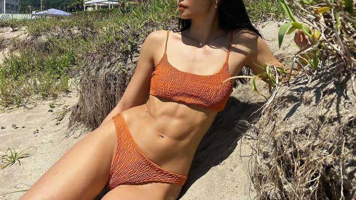 【画像あり】筋トレまんさん、鍛え上げた腹筋をビーチで見せびらかしまくるwww